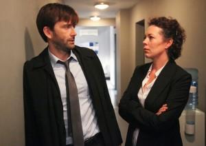 Olivia Colman et David Tennant endossent les rôles des deux protagonistes avec des jeux d'acteurs impeccables.